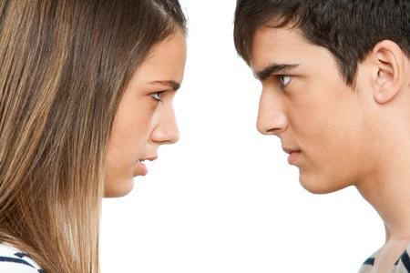 mujer enojada: Close up retrato de pareja adolescente con cara de enojo expression.Isolated.