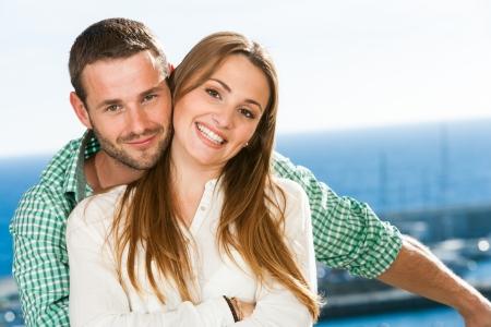 dattes: Close up portrait d'un jeune couple au bord de mer attrayant.