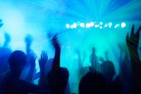 fiestas discoteca: La gente siluetas bailando al ritmo de discoteca.