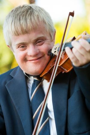 enfants handicap�s: Close up portrait de jeunes handicap�s � l'ext�rieur violoniste.