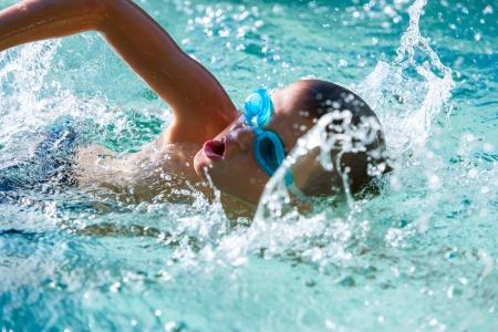 ni�os nadando: Primer plano de un ni�o nadando en la piscina. Foto de archivo