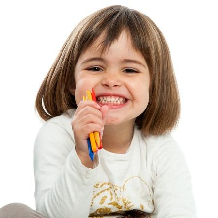 bambin: Portrait de jeune fille heureuse avec de la cire crayons.Isolated.