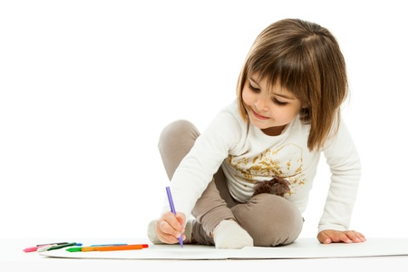 niños en la escuela: Retrato de niña de dibujo con cera crayons.isolated en blanco. Foto de archivo