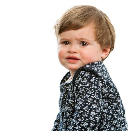alicaído: Primer plano el retrato de niño con cara confusa expression.Isolated. Foto de archivo