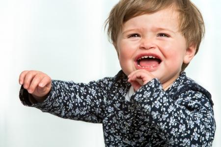 cabizbajo: Retrato de niña llorando con los brazos levantados.