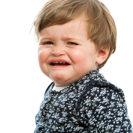 cabizbajo: Close up retrato de niña llorando. Aislado en blanco.