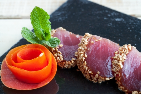 atun rojo: Extreme close up de grasa tataki de at�n rojo. Foto de archivo