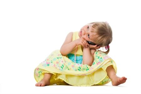 niños platicando: Primer plano retrato de cuerpo entero de la muchacha linda que habla en celular phone.Isolated en blanco.