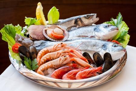 pescados y mariscos: Cierre de apetitoso plato de mariscos mediterr�neo. Foto de archivo