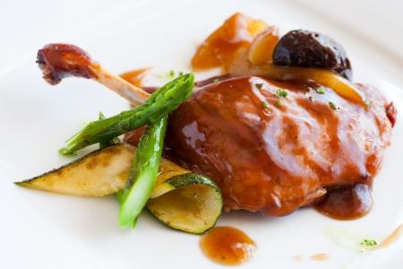 muslos: Cierre de muslo de pato a la plancha con salsa de fruta dulce.