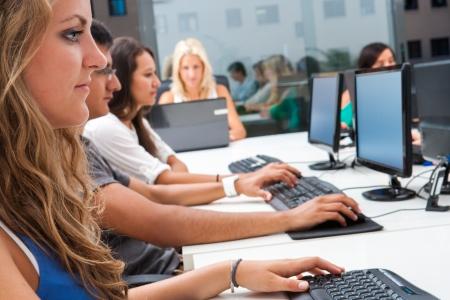 learning computer: Giovani studenti avendo corso di formazione in aula.