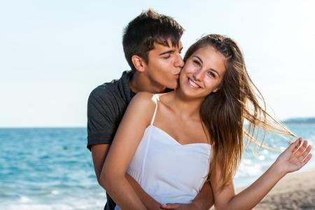 Close-up portret van tiener paar omarmen op het strand.