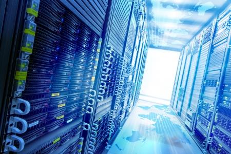 データ サーバー ラックと概念ウェブ サービス ステーション。
