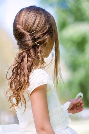 princesa: De cerca los detalles de giro francés y peinado ondulado permanente.