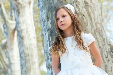 Close-up portret van aantrekkelijk meisje in het wit buitenshuis. Stockfoto