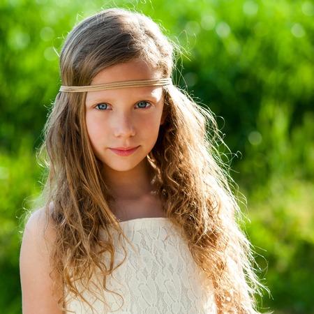 Close-up portret van aantrekkelijke jonge meisje dragen lint hoofdband buitenshuis.