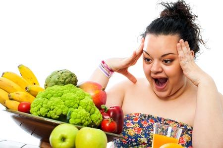 mujeres gordas: Retrato de ni�a adolescente con sobrepeso mirando el plato de comida saludable sorprendi�.
