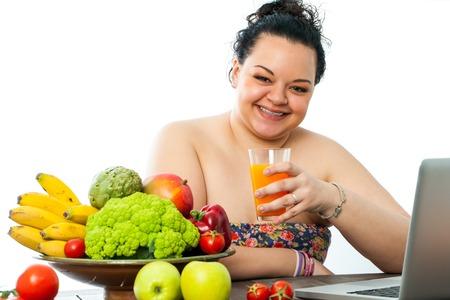 jugo de frutas: Adolescente con sobrepeso con el plato de comida org�nica y jugo de frutas. Foto de archivo