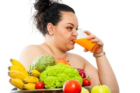 jugo de frutas: Retrato del adolescente obeso con el plato de comida org�nica, beber jugo de fruta.