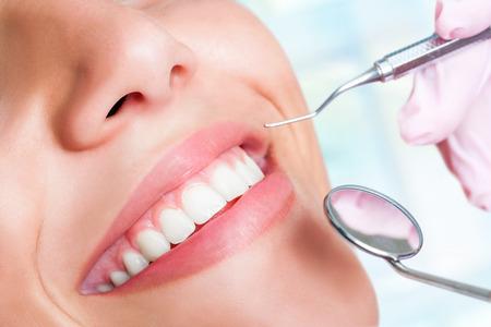 dientes: Macro close up de dientes humanos con hacha y boca espejo