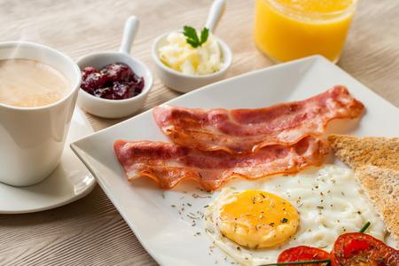 De cerca los detalles de un desayuno continental en la mesa de madera. Foto de archivo - 33694479