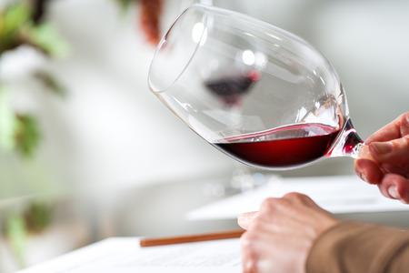 Macro close-up van Sommelier evalueren van wijn bij het proeven.