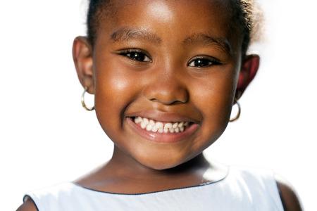 Extreme close-up portret van weinig Afrikaans meisje blijkt teeth.isolated op een witte achtergrond.