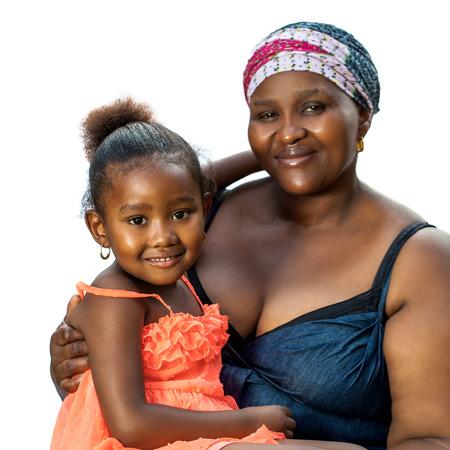mujer hijos: Close up retrato de mujer africana con su pequeña niña sentada en lap.Isolated sobre fondo blanco.