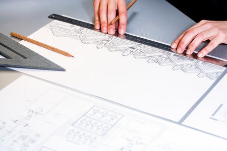 surveyor: Macro cerca de arquitectos manos trabajando en el documento de diseño. Foto de archivo