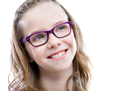 examen de la vista: Close up retrato de linda chica con gafas mirando superior corner.Isolated sobre fondo blanco.