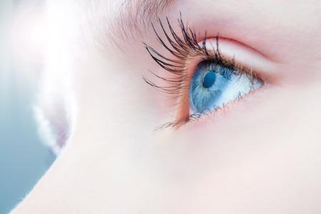 Macro close-up van het menselijk oog met heldere licht in de achtergrond.