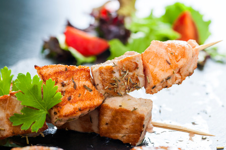 Macro d'omble grillé saumon et le thon brochette appétissant assaisonné avec des herbes.
