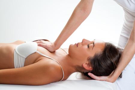 osteopata: Cierre de oste�pata hace el masaje manipulaci�n t�rax en mano joven woman.One haciendo fuerza f�sica en el pecho y en la mano detr�s de la cabeza.