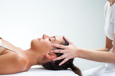 cabeza de mujer: Cierre de quiropr�ctico haciendo curaci�n tratamiento osteop�tico en woman.Hands en la cabeza.