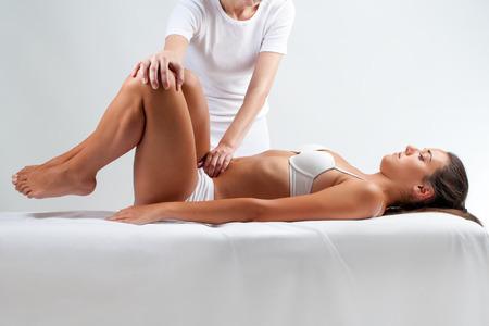 Close up portrait de pleine longueur de la femme lors de la session ostéopathique. Thérapeute faire manipulatrice massage sur le ventre. Banque d'images