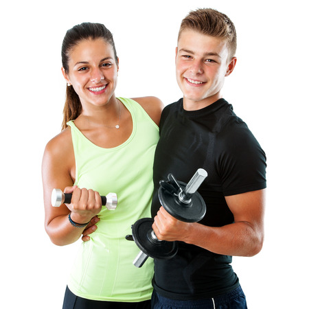 흰색 배경에 dumbbells.Isolated 매력적인 건강한 청소년 체육관 부부의 초상화를 닫습니다.