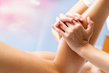 Macro d'ostéopathe masser femme muscle du mollet. Mains manipuler inférieure muscle de la jambe. Banque d'images