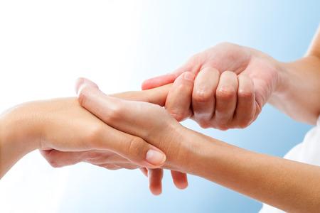 Macro close-up van de curatieve handmassage. Therapeut manipuleren van vrouwelijke hand.