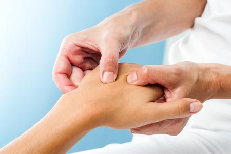massaggio: Macro vicino di Terapista che fa massaggio sulla hand.Osteopath femminile applicazione di pressione a portata di mano.