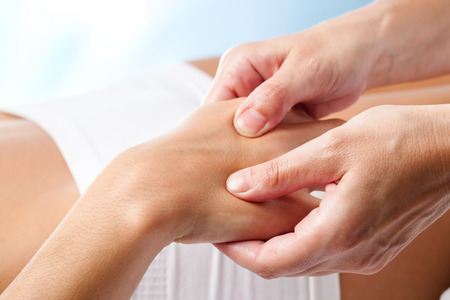 Macro close-up van Therapeutische handmassage.