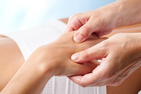 Macro gros plan de massage des mains thérapeutiques.