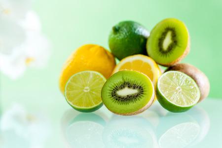 감귤류의 과일: 녹색 배경에 대해 테이블에 여러 감귤류의 매크로를 닫습니다. 스톡 사진