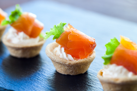 salmon ahumado: Macro cerca de apetitoso Mini hojaldre fumaba tartaletas pastelería salmón para catering.