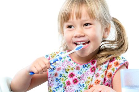 dientes: Close up retrato de lindo el cepillado de cinco años teeth.isolated sobre fondo blanco.