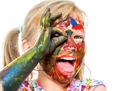Close-up portret van meisje bedekt met kleur verf en open mond. Gezicht shot van kindersterfte doen oke zucht voor eye.Isolated op een witte achtergrond.