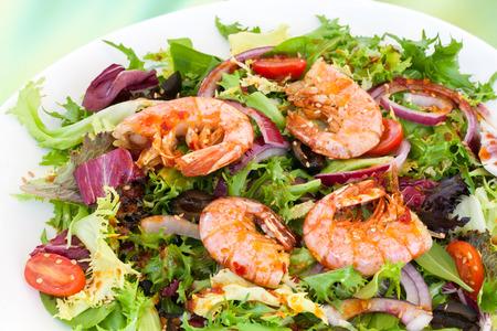 gamba: Extrema de cerca de ensalada verde con langostinos.