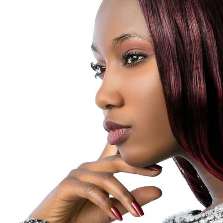 Macro close-up portret van Afrikaanse schoonheidskoningin met perfecte skin.Isolated op een witte achtergrond.
