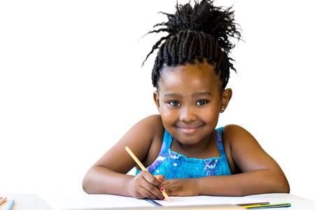 Schließen Porträt des kleinen afrikanischen Mädchen hält Farbstift auf desk.Isolated auf weißem Hintergrund.