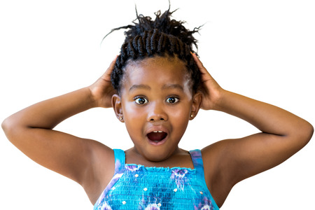 niños negros: Cierre de la diversión retrato de la chica negro linda con las manos en head.Youngster con la boca abierta y la expresión facial impactante aislados sobre fondo blanco. Foto de archivo