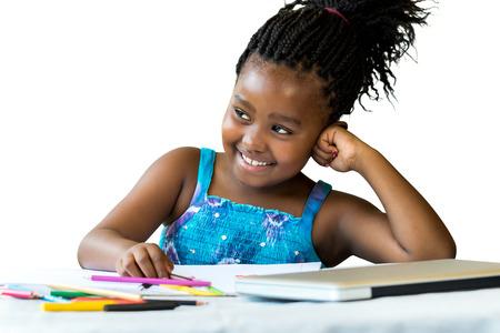 negras africanas: Cerca de retrato de niña africana en el escritorio con lápices de colores y laptop.Isolated sobre fondo blanco. Foto de archivo
